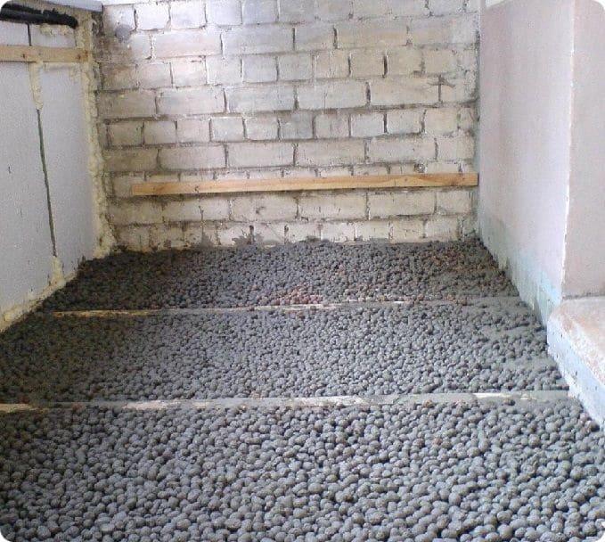 Выравнивание пола на балконе цементно-песчаной стяжкой с керамзитом.