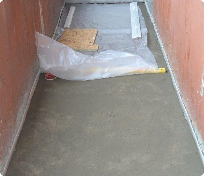 Выравнивание пола на балконе цементно-песчаной стяжкой.