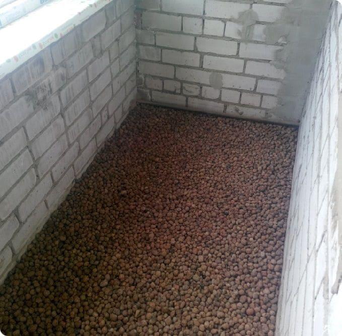 Выравнивание балкона сухой стяжкой с керамзитом.