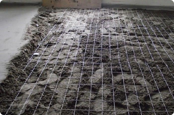 В некоторых случаях стяжку армируют металлической сеткой, но стоит учесть, что это создаст дополнительную нагрузку на перекрытие.