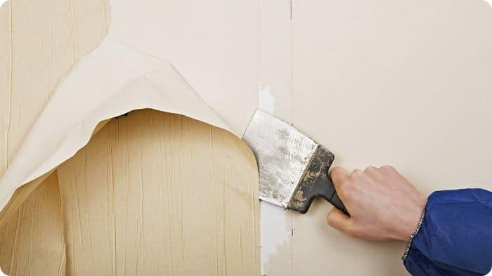 Если на стенах заметны неровности в виде вспучивания обоев, гипсокартона, отслоения краски или штукатурки, старые покрытия полностью очищают вплоть до капитальной стены.