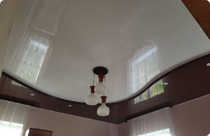 Двухуровневый поливинилхлоридный натяжной потолок.