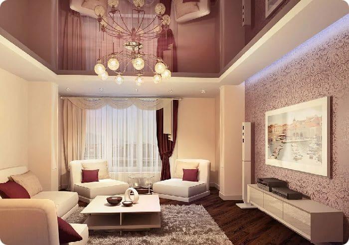 Двухуровневый глянцевый натяжной потолок в гостиной.