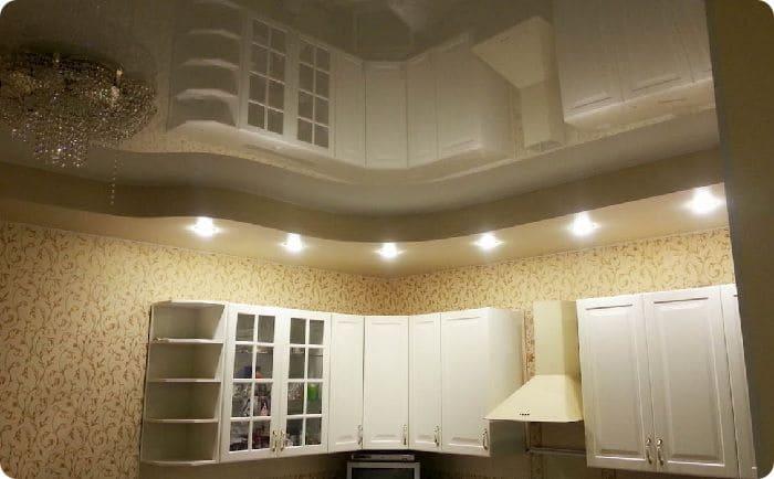 Двухуровневый глянцевый натяжной потолок в кухне.
