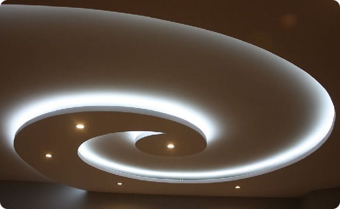 Оригинальное освещение на двухуровневом натяжном потолке.