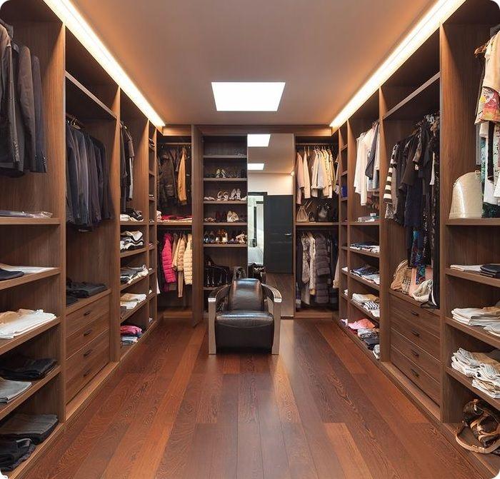 Самый удобный для хозяев вариант — гардеробная в отдельной комнате.