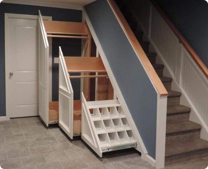 Гардеробная под лестницей в частном доме.