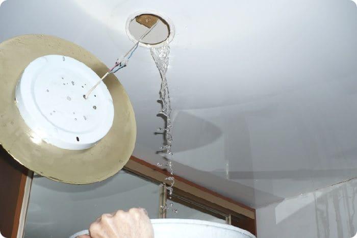 Использование отверстия осветительного прибора для слива воды.