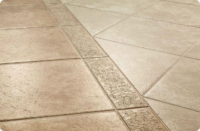 Керамическая плитка – наилучший вариант для помещений с повышенной влажностью и нагрузкой.