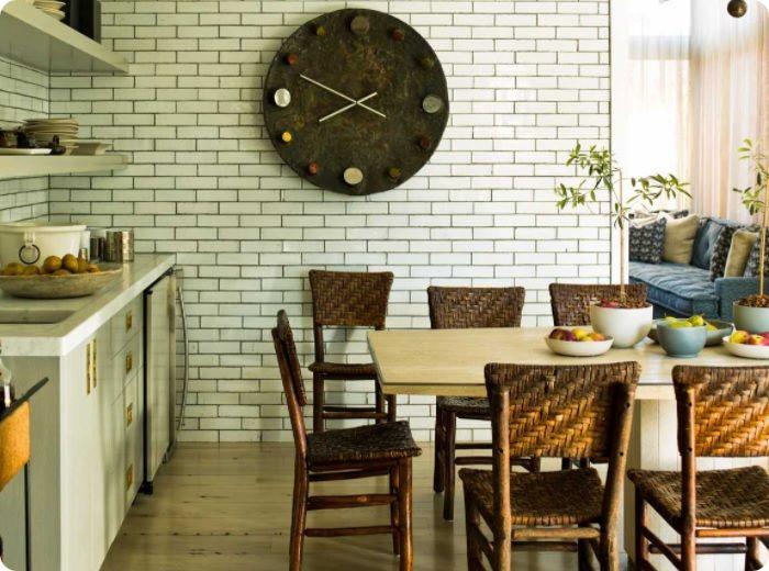 Кирпичная стена в интерьере кухни и столовой — прекрасное решение, которое поможет сделать вашу зону готовки и приёма пищи не менее стильной, чем в модном ресторане. Здесь можно дать волю фантазии, выложив отделочным материалом кухонный фартук и прочие поверхности, скомбинировав их с современной мебелью, бытовой техникой.