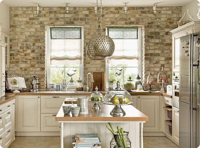 Кирпичная кладка на кухне, оформленной в стиле прованс