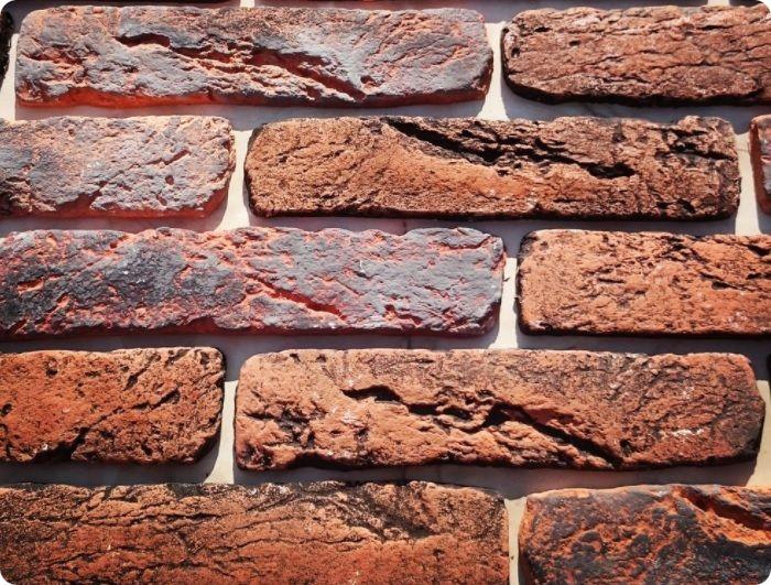 Зонирование жилого пространства выполнялось мебельными аксессуарами, а также техникой, установленной на стены из кирпича.