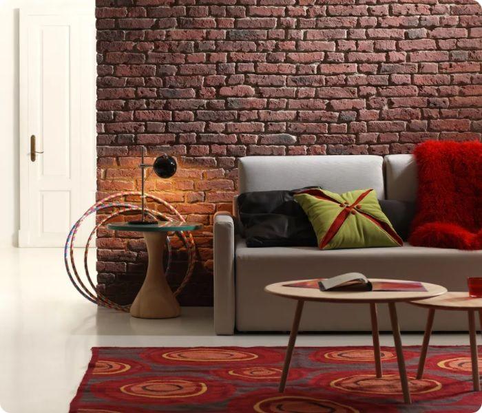 Стена с декоративным кирпичом в интерьере.