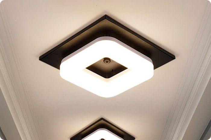 Накладные люстры крепят при помощи специальных монтажных элементов, которые имеются в комплекте.