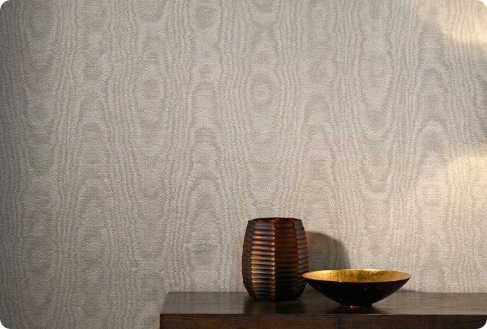 Внешний слой текстильных обоев выполнен из ткани – вискозы, шелка, велюра или льна. Внутренний – бумага или флизелин.