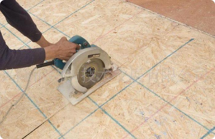 Резку материала выполняют ручной или стационарной циркулярной пилой.