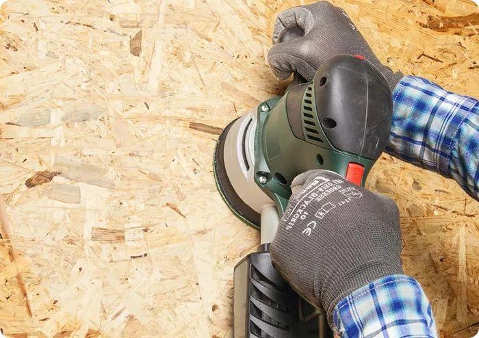 Перед нанесением финишного слоя отделки проводят шлифовку листов. Если предполагается нанесение штукатурки или приклеивание керамической плитки, предварительная шлифовка не требуется.