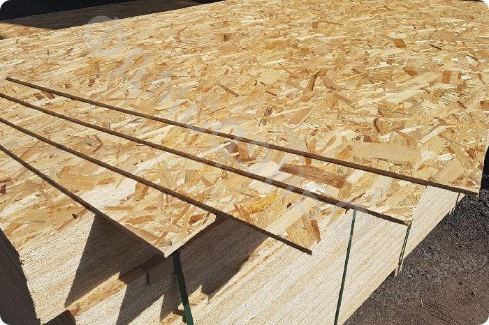 OSB плиты отличаются устойчивостью к механическим повреждениям. При производстве применяется древесная стружка. Фрагменты плиты соединяют между собой методом прессования с применением клеящего состава. Это обеспечивает высокую прочность.