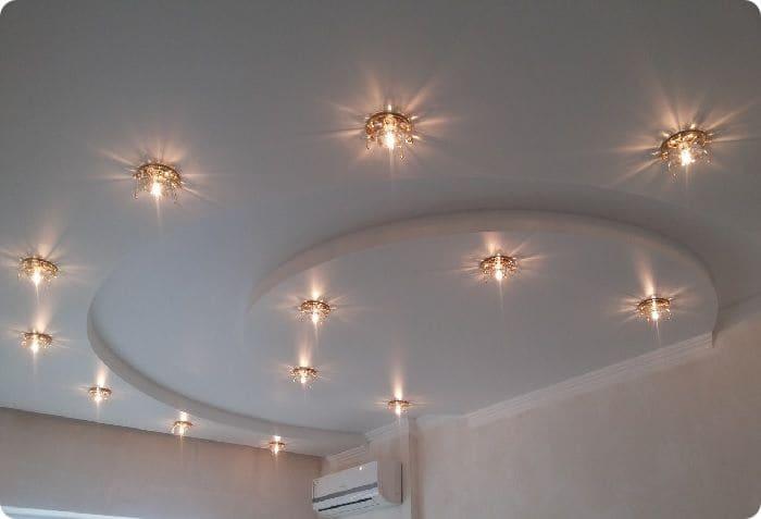 Светильники на натяжном потолке.
