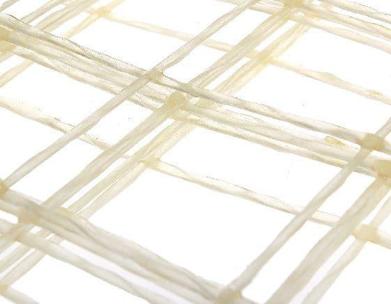 В основу стеклопластиковой сетки входят жгуты из стеклопластика, нескрученные друг с другом, покрытые полимерным составом от коррозии.