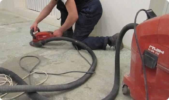 Имеющиеся на покрытии углубления также заполняют ремонтным составом. Для нормального заполнения мелких трещин необходима их предварительная расшивка. На этом этапе применяют перфоратор или болгарку с диском по бетону.
