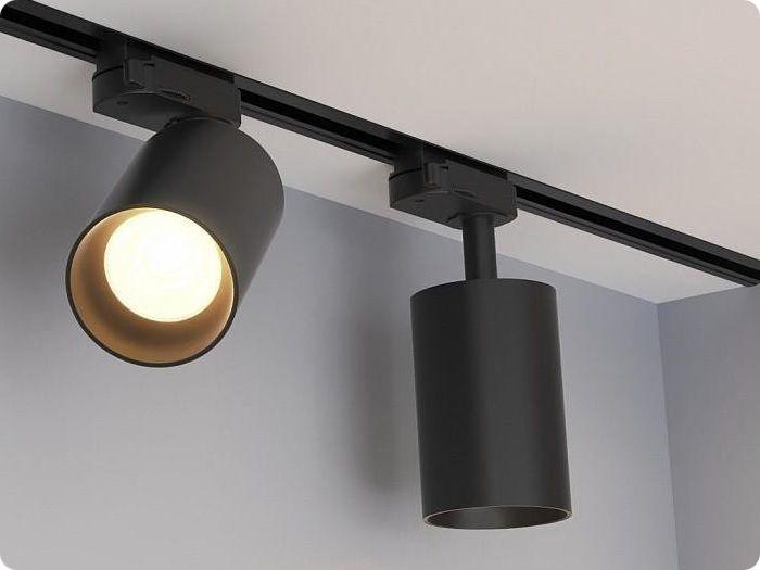 Трековые светильники фиксируются при помощи встроенных элементов, на которые крепится шинопровод.