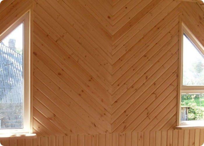 Обшивка ёлочкой относительно проста в укладке. Шаблонно нарезанные элементы крепятся на вертикальную обрешётку, поэтому уложить материал своими руками не составит особого труда.