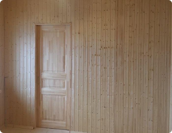 Самая распространённая обшивка стен вагонкой – вертикальная.