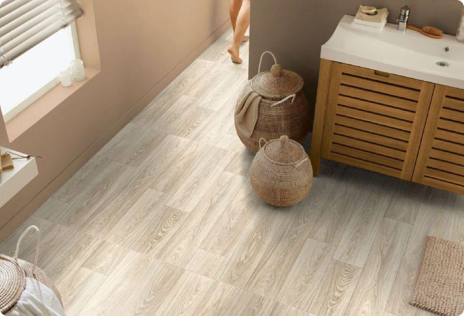 Виниловая плитка подходит для влажных помещений, например, ванной.