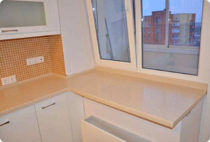 Дизайн кухни 10 кв. м с балконом предполагает расстановку мебели с учётом формы помещения — квадрата или прямоугольника. Стандартная высота столешницы — 85 см. Если подоконник расположен на примерно такой высоте, можно подвести столешницу углом, установив её вместо подоконника.