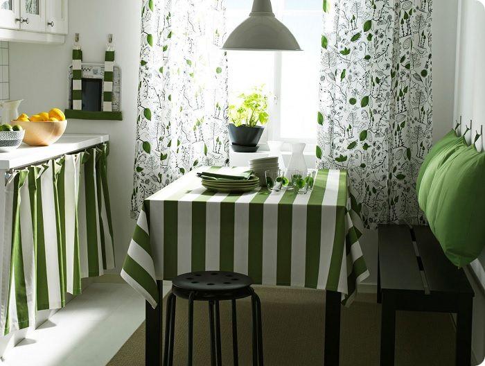 Если не хочется экспериментов, можно выбрать светлые тона фасадов и стен, сделав акценты на текстиле — шторах, мебельной обивке, полотенцах.