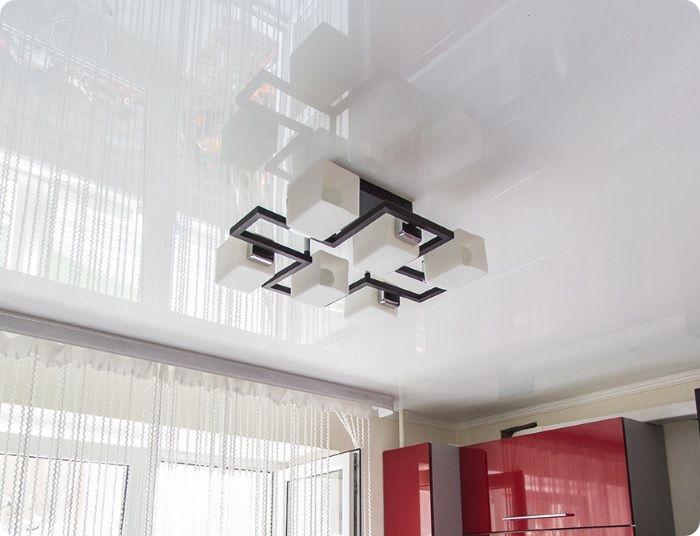 Глянцевый потолок на кухне.