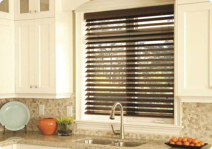 Окно на кухне, оформленная жалюзи.