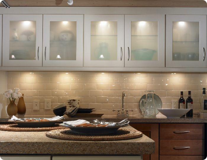 Чтобы свет хорошо отражался и создавал иллюзию большой площади комнаты, рекомендуется устанавливать глянцевые, зеркальные поверхности. Также используют стекло или полупрозрачный пластик.