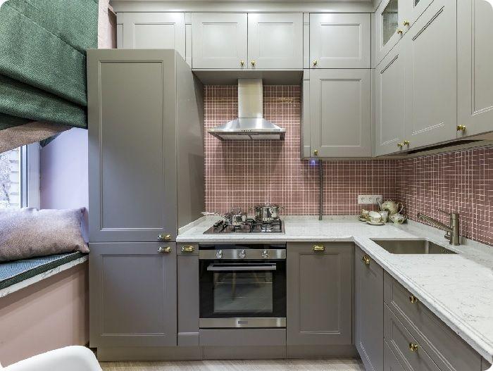 Светлая кухня с уютным подоконником.