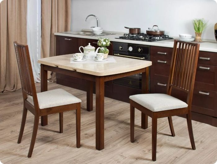 Если намечается встреча гостей, стол можно разложить за несколько минут, столешница увеличится в два раза.