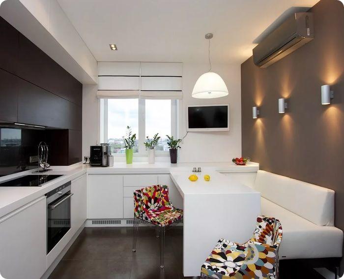 Для десятиметровой кухни лучше приобрести компактный диван без угла — сиденье с подушками.