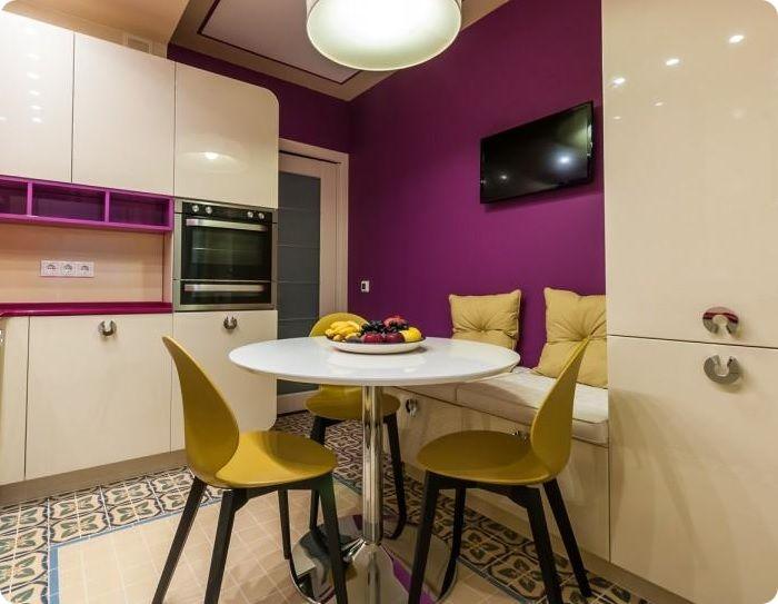 Кухня 8 м² с круглым столом.