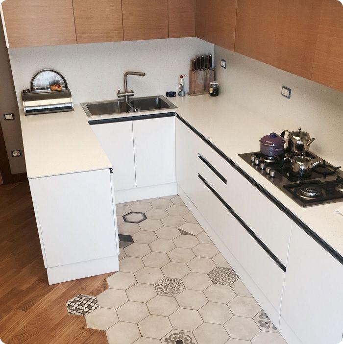 Оригинально оформленная рабочая зона на кухне.