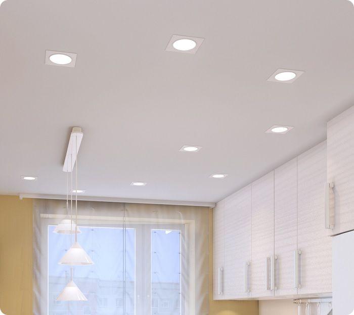 Потолок с точечными светильниками на кухне.