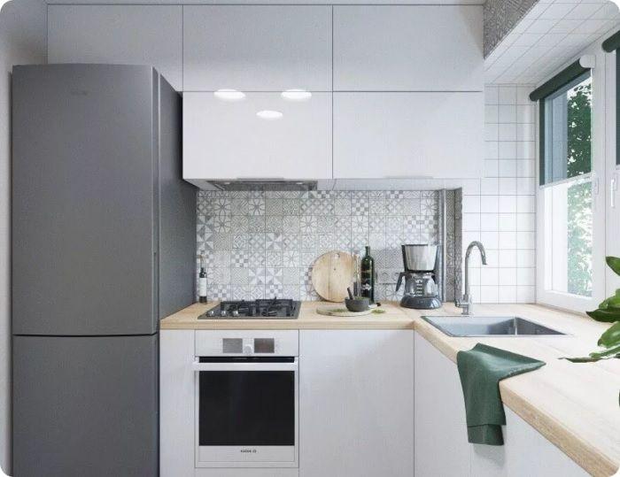 Встроенный холодильник смотрится современно, но стандартная модель дешевле и просторнее внутри — главное её правильно расположить.