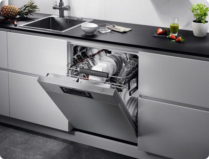 Встроенная вытяжка, посудомойка, стиральная машина — для всей бытовой техники найдётся место, если подходить к организации пространства грамотно.