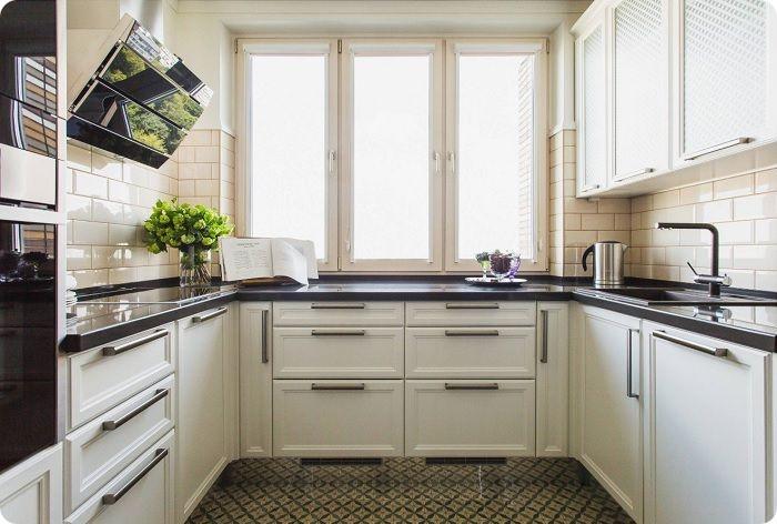 Маленькая кухня с П-образной расстановкой мебели.