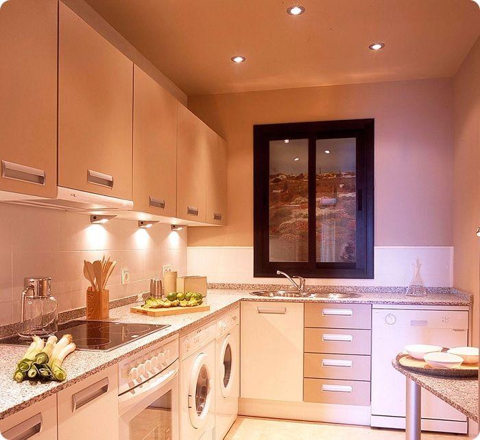 Верхний свет от точечных светильников, расположенных по потолку. Необходим в процессе приготовления пищи, уборки. Если верхние шкафчики будут перекрывать светильники, столешница будет расположена в частичной тени, что мешает комфортной работе.
