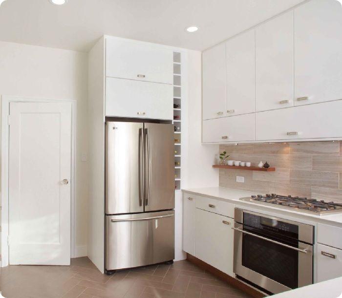 Длина стены у входа позволит разместить холодильник не только у окна, но и у дверного проёма, позволяя создать дополнительное зонирование.