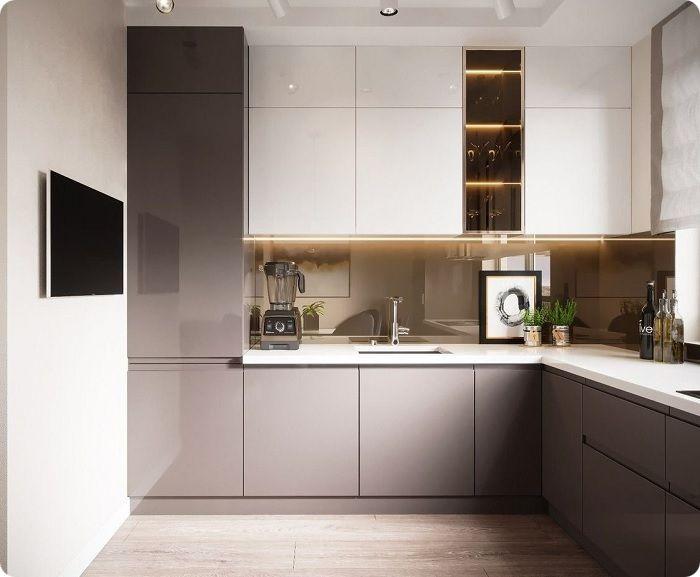 Кухня, встроенная под потолок, выглядит органично, не нагружает пространство, маскирует вентиляционный короб, не даёт оседать пыли.