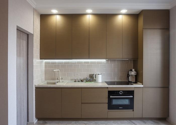 Лучше для интерьера встроенные в кухонный гарнитур холодильники, однако они стоят дороже при меньшем внутреннем объёме.