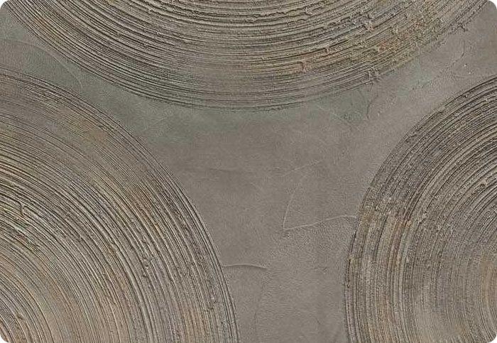 Если используется состав с эффектом крупнозернистости, можно воспроизвести относительно ровные вертикальные и горизонтальные линии протаскиванием терки через мягкую консистенцию состава. По такому же принципу создаются полукружья и круги, а цвет расставит эффектность оформления по местам.