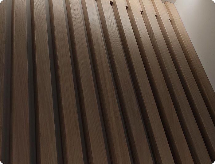 Рейки имеют прямоугольную форму, напоминающие вагонку. Выпускаются из натуральных и искусственных материалов.