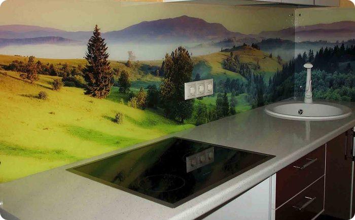 Фартуки с фотопечатью на кухне также вышли из моды.